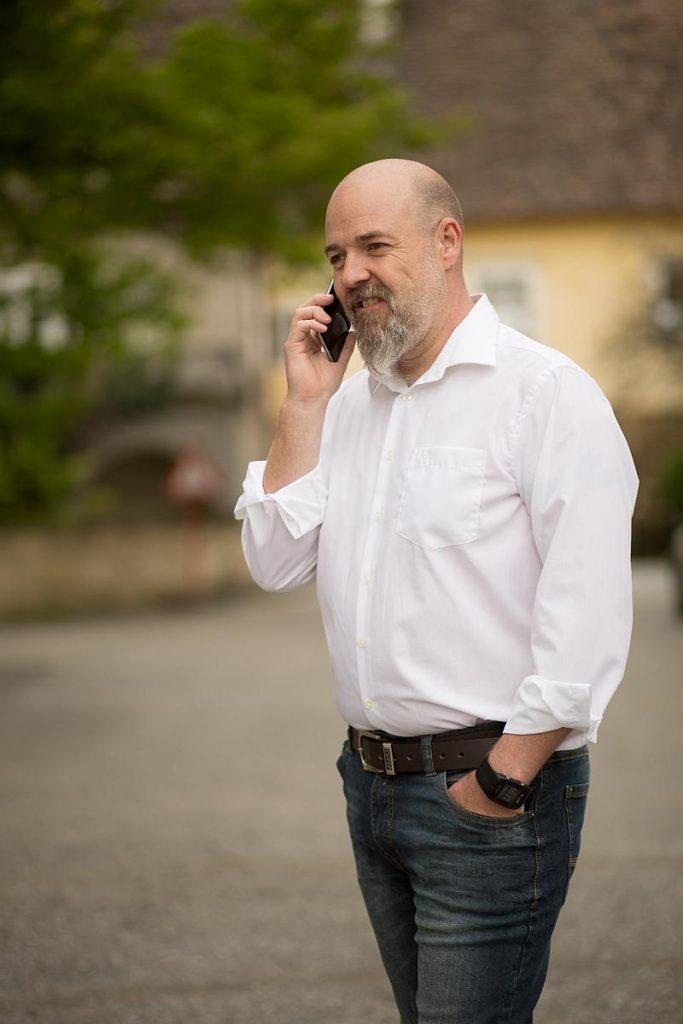 Johannes Lachmayer beim telefonieren